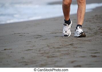 hombre caminar, en, playa