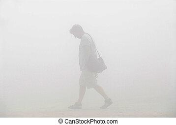 hombre caminar, en una niebla