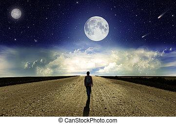 hombre caminar, sobre el calle, por la noche