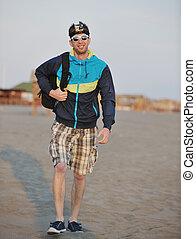 hombre, caminata, en, playa