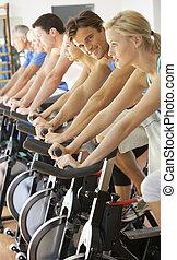 hombre ciclismo, en, girar, clase, en, gimnasio