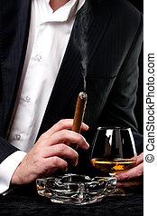 hombre, coñac, bebida, fumar puro