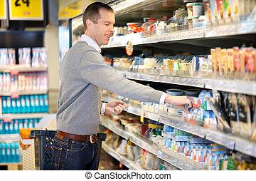 hombre, compras, en, tiendade comestibles