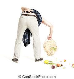 hombre, con, dolor de espalda, caído, canasta con frutas