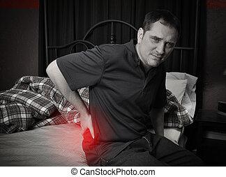 hombre, con, dolor de espalda, el sentarse en cama