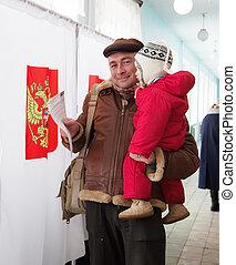 hombre, con el niño, votos, en, ruso, presidencial, elección