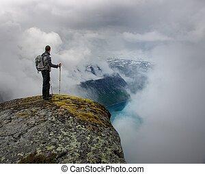 hombre, con, equipo excursionismo, posición, en, rock's,...