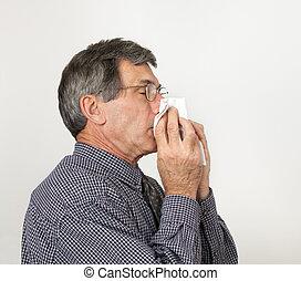 hombre, con, frío, estornudar