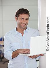 hombre con laptop, en, mano