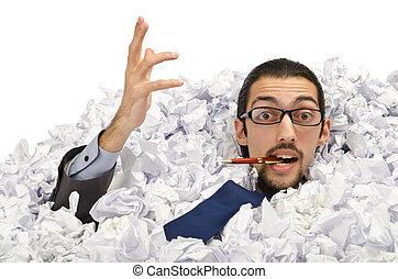 hombre, con, lotes, de, papel de desperdicio