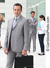 hombre con maletín, exterior, edificio de oficinas