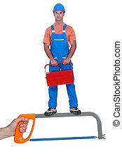 hombre, con, un, caja de herramientas, posición, en, un, sierra