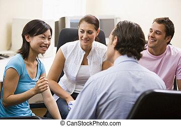 hombre, conferencia generosa, a, tres personas, en, sala de...