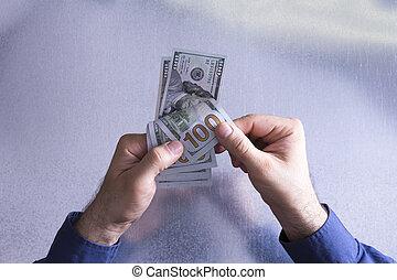 hombre, contar, o, pagar, 100 cuentas dólar