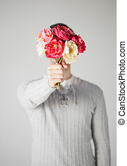 hombre, cubierta, el suyo, cara, con, ramode flores