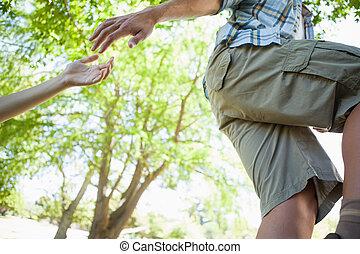 hombre, dar, mano que ayuda, a, novia, en, caminata