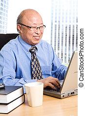 hombre de negocios, 3º edad, asiático, trabajando
