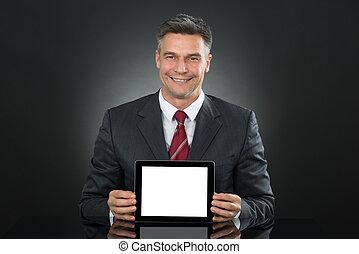 hombre de negocios, actuación, tableta, con, pantalla en blanco, en el escritorio