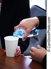 hombre de negocios, agua que vierte