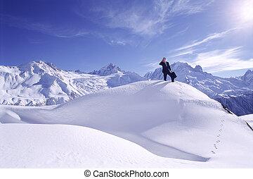 hombre de negocios, aire libre, en, montaña cubierta de...