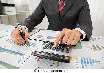 hombre de negocios, analizar, gráfico, y, utilizar, calculadora
