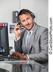 hombre de negocios, auriculares, primer plano, oficina