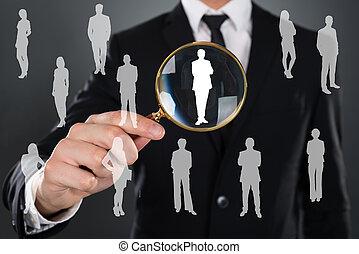 hombre de negocios, buscando, candidato, lupa