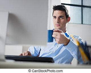 hombre de negocios, café de bebida, en, oficina
