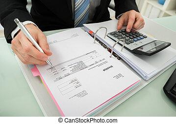 hombre de negocios, calculador, factura, con, calculadora