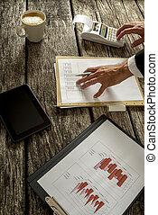 hombre de negocios, calculador, ventas, sobre la mesa