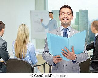 hombre de negocios, carpeta, abierto, feliz