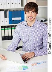 hombre de negocios, computador portatil, joven, oficina
