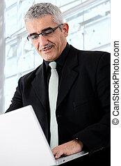 hombre de negocios, computador portatil, trabajando