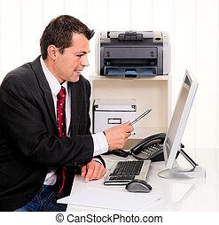 hombre de negocios, computadora, oficina