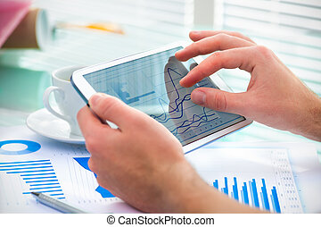hombre de negocios, computadora, tableta, utilizar