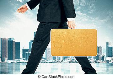 hombre de negocios, con, blanco, amarillo, maleta, en, ciudad, plano de fondo, simulado, arriba