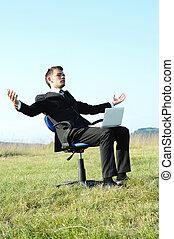 hombre de negocios, con, computador portatil