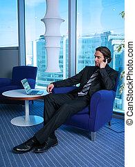 hombre de negocios, con, computador portatil, en, oficina, l