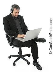 hombre de negocios, con, computador portatil, y, auriculares
