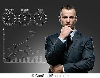 hombre de negocios, con, crecimiento, carrito, en, fondo gris