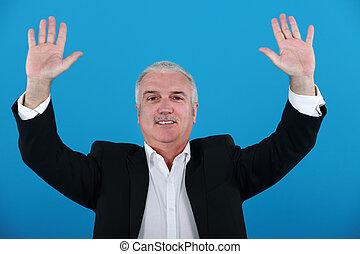 hombre de negocios, con, el suyo, manos arriba