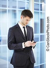 hombre de negocios, con, smartphone
