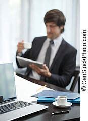 hombre de negocios, con, tableta, computadora