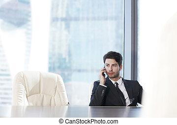 hombre de negocios, con, teléfono celular
