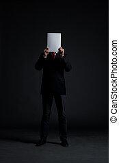 hombre de negocios, con, un, blanco, papel, encima, el suyo, cara