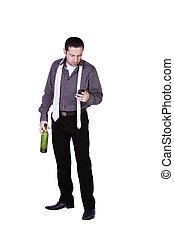 hombre de negocios, con, un, botella, de, bebida, texting