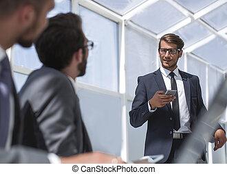 hombre de negocios, con, un, smartphone, posición, en, el suyo, ofiice
