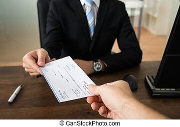 hombre de negocios, dar, cheque, a, otro, persona
