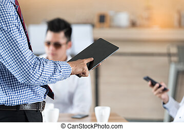 hombre de negocios, dedo, conmovedor, pantalla