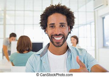 hombre de negocios, el gesticular, pulgares arriba, con, colegas, en, reunión